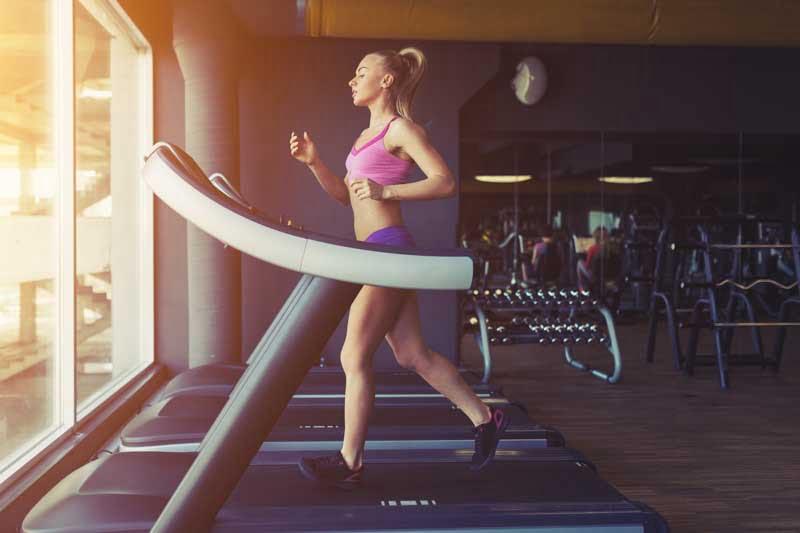 Bucura-te de antrenamente care includ si alergarea pe banda simplu, rapid si foarte eficient!